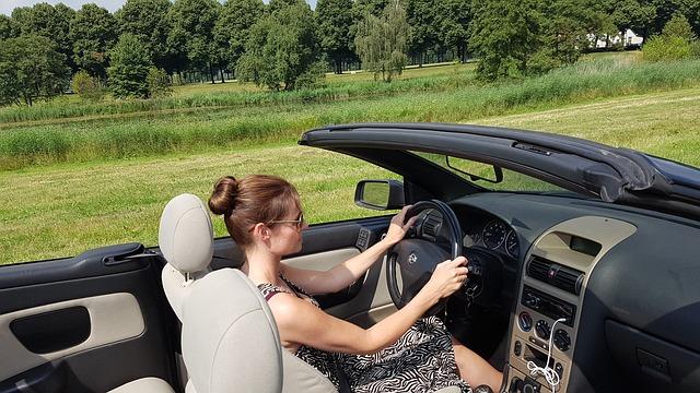 donna al volante